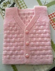 Free Knitting Pattern Baby Cardigan with Cables Baby Cardigan Knitting Pattern, Baby Knitting Patterns, Knitting Designs, Baby Shower Winter, Baby Winter, Shower Baby, Baby Shower Outfit For Guest, Baby Girl Vest, Baby Boys