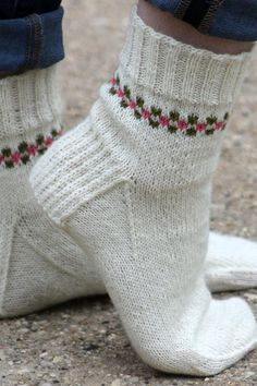 Pansy Path Knit Sock Pattern- the border adds style to these knitted socks. Pansy Path Knit Sock Pattern- the border adds style to these knitted socks. Knitting Patterns Free, Knit Patterns, Free Knitting, Baby Knitting, Stitch Patterns, Finger Knitting, Knitting Machine, Vintage Knitting, Crochet Socks