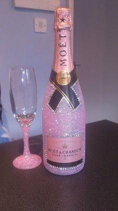 bottle crafts glitter Awesome Home Decor Ideas on a Budget – Repurposed DIY Wine Bottle Crafts Baby pink Glitter Champagne Bottles, Bling Bottles, Glitter Wine Glasses, Diy Wine Glasses, Champagne Glasses, Alcohol Bottle Decorations, Liquor Bottle Crafts, Wine Glass Crafts, Diy Bottle