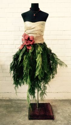 A DIY tutorial for a holiday mannequin or tree alternative. www.mannequinmadness.com