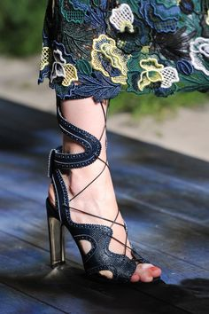 Erdem at London Fashion Week Spring 2015 - Details Runway Photos Shoe Boots, Shoes Sandals, Leather Sandals, London Spring, Erdem, Mode Style, Beautiful Shoes, Fashion Details, Designer Shoes