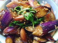 紫色茄子是絕佳蔬菜,但又爛又黑讓我小時候不敢吃,長大自己煮才發現有撇步讓它賣相好一點!給小孩吃沒用油炸法選擇用鹽出水。