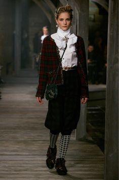 Rare Chanel 13 A Rouge Noir Tartan Cashmere Blazer Veste Cardigan Taille FR36 US2 4 | eBay Coco Chanel, Chanel Men, Chanel Runway, Chanel Couture, Look Fashion, Runway Fashion, High Fashion, Fashion Show, Fashion Design