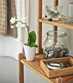 Neue Ideen für dein Bad ‒ du wirst es lieben: Natürliche Materialien machen einen weißen Raum wärmer. Dieses schmale und hohe Bambusregal spart Platz. RÅGRUND Regal Bambus, klar lackiert. 33×28 cm, 163 cm hoch.