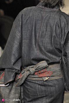 Autumn/Winter 2009 Collection of Japanese fashion brand JOTARO SAITO on March during the Japan Fashion Week in Tokyo. Kimono Japan, Japanese Kimono, Male Kimono, Men's Kimono, Japan Fashion, Mens Fashion, Modern Kimono, Japanese Costume, Japanese Outfits