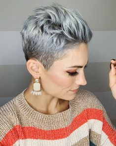 Best Short Pixie Cuts for Women We have chosen the best pixie hairstyles for you, simply pick the rendition you consider to be the most stunning one! Short Grey Hair, Short Hair Cuts For Women, Short Hairstyles For Women, Bob Hairstyles, Hairstyles Pictures, Grey Short Hair Styles, Grey Pixie Hair, Short Pixie Cuts, Pixie Cut Back