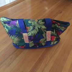 Tropical Tote  Tropical Bahamas tote. Purchased in the Bahamas and never ended up using it. Great for a beach bag or regular use .. Selling for cheap because I would just like someone to enjoy it  $4 Bags Totes