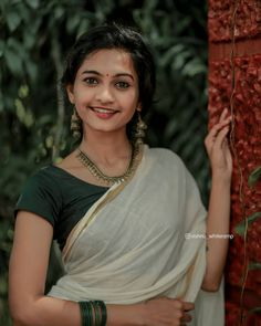 Girl Photography Poses, Fashion Photography, Travel Photography, Set Saree, Kerala Saree, Saree Photoshoot, Stylish Girl Images, Beauty Full Girl, Brunette Beauty