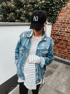 Casual maternity look / stripped maternity tee and leggings outfit / NY Yankees . - Casual maternity look / stripped maternity tee and leggings outfit / NY Yankees . Cute Maternity Outfits, Maternity Tees, Stylish Maternity, Winter Pregnancy Outfits, Winter Maternity Fashion, Pregnancy Fashion, Fall Maternity Clothes, Maternity Looks, Maternity Leggings Outfit