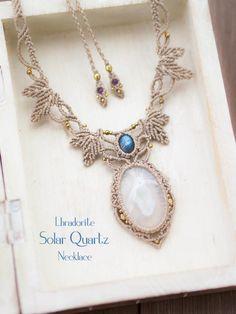 ソーラークォーツ(インド産)ラブラドライト(ブラジル産)マクラメ編みネックレス紹介。ソーラークォーツとムーンストーンをあしらった上品な印象のマクラメネックレス。 石特有の輝かしい結晶模様が魅力のソーラークォーツに、 神秘的なブルーのシラーがが見られる美しいムーンストーンを使用しています。 石が際立つようオフホワイトの蝋引き糸で丁寧に編み上げ、 力強さと女性らしさ、対照的な二つが合わさり合ったような印象のネックレスに仕上がっています。