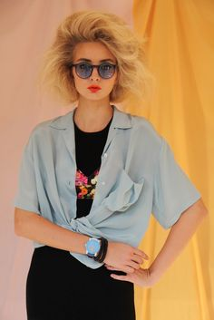 VISIT FOR MORE Big hair Big glasses. The post Big hair Big glasses. appeared first on kurzhaarfrisuren. 80s Fashion, Trendy Fashion, Fashion Looks, Costume Année 80, Costumes, Moda 80s, 1980s Hair, 80s Big Hair, 80s Party Outfits
