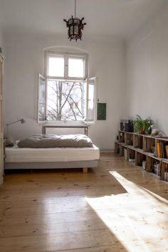gro r umiges wg zimmer mit einer h ngematte im erker wg zimmer erker h ngematte ideen. Black Bedroom Furniture Sets. Home Design Ideas