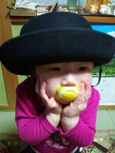 お兄ちゃんの帽子をずっとかぶりたかったんです!  お兄ちゃんの見てない隙に、かぶってポーズ!(ニックネーム:月さん)