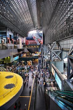 Kyoto station is spectacular. If you visit Kyoto you must spend a couple of hours here, exploring everything. It is huge. There is more to see than you think. In the evening there is a light show on the staircase. There is also a roof garden. By architect Hara Hiroshi.