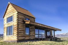 Little Lost Cabin, a small square-log cabin on acres of Idaho ranchland. The 800 sq ft cabin has an open bedroom and a loft. Tiny House Cabin, Cabin Homes, Log Homes, Tiny Homes, Dream Homes, Little Cabin, Little Houses, Ideas De Cabina, Casa Hotel