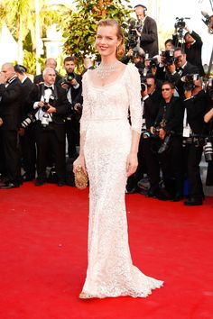 20 vestidos blancos de alfombra roja perfectos para pasar por el altar: Eva Herzigova de Dolce & Gabbana.
