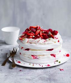 Berry and pistachio stacked pavlova recipe - Preheat oven to Trace a circle on each of 3 separate pieces of baking paper. Place pencil-side down on lightly oiled baking trays. Pavlova Cake, Meringue Pavlova, Meringue Food, Sweet Recipes, Cake Recipes, Dessert Recipes, Trifle Desserts, Valentines Day Desserts, Strawberry Desserts