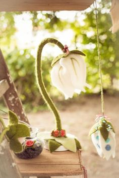 Filz- BLUMEN-Blütenlampe von filzfleck via dawanda.com Felt Diy, Felt Crafts, Diy Projects To Try, Crafts To Make, Ben And Holly, Waldorf Crafts, Wool Art, Fabric Jewelry, Beautiful Lights