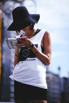 Black floppy hat and white singlets. Looks Style, Style Me, Street Chic, Street Style, Street Snap, Fashion Moda, Womens Fashion, Fast Fashion, Style Fashion