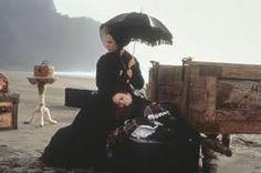 """La leçon de piano / Jane Campion La Nouvelle-Zélande au siècle dernier. Ada, une jeune femme muette, a deux passions : sa fillette de neuf ans et son piano. Elle s'apprête à partager la vie d'un inconnu au fin fond du """"bush"""". A son arrivée, son nouveau mari refuse son bien le plus précieux : le piano, qui échoue chez un voisin illettré."""
