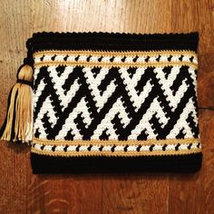 The Chevron Clutch pattern by Diy Crochet Patterns, Tapestry Crochet Patterns, Crochet Motifs, Crochet Projects, Knit Crochet, Crochet Clutch, Crochet Handbags, Crochet Purses, Crochet Bags