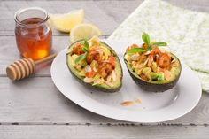 Tease the palate with an unusual appetizer that combines the tenderness of prawns with the freshness of tomatoes and the sweetness of honey … stuffed avocado! (Avocado stuffed with shrimps and tomatoes) Avacoda Recipes, Light Recipes, Cooking Recipes, Antipasto, Best Nutrition Food, Veggie Recipes Healthy, Cooking Light, I Love Food, Food Inspiration