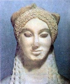 FIGURA FEMMINILE DETTA KORE 674 (La Scultura greca) FINE VI SEC. A.C., ATENE, MUSEO DELL'ACROPOLI.  La forma a mandorla degli occhi, la bocca dalle linee leggermente oblique rispetto all'asse di simmetria del volto, creano, con l'ampio arco delle sopracciglia , uno schema fisionomico inconfondibile, in armonia con il perfetto ovale del viso. #art #kore #674 #history #scultura #greca