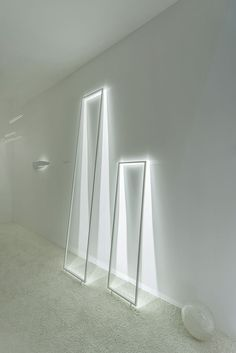 FRAME floor Free-standing aluminium frame with high-performance LED lights.