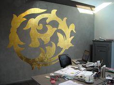 Kalkputz mit Ornament in Blattgold zur exklusiven Wandgestaltung