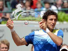 Stolz präsentiert der Argentinier Juan Monaco seine Sieger-Trophäe vom ATP-Turnier in Düsseldorf. (Foto: Caroline Seidel/dpa)
