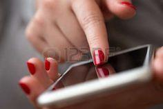 женщина ищет в телефоне - Поиск в Google