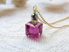 スクエアのスワロフスキーは鮮やかなピンク、フィッシャー。小さなラインストーンのロンデルとスワロフスキー#5000ヴィトレイルミディアムを合わせて香水瓶のネック...|ハンドメイド、手作り、手仕事品の通販・販売・購入ならCreema。 Bottle Jewelry, Bottle Charms, Resin Jewelry, Wire Wrapped Jewelry, Handmade Necklaces, Handmade Jewelry, Charm Necklaces, Resin Crafts, Bead Crafts