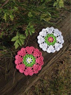Semester Virkning - free crochet heart coasters charted pattern from Crochetmillan. Crochet Kitchen, Crochet Home, Love Crochet, Crochet Gifts, Crochet Motif, Crochet Designs, Crochet Doilies, Crochet Flowers, Crochet Hearts