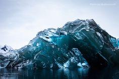 Iceberg capovolto in Antartide, il ghiaccio è blu