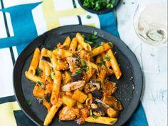 Rezept für Freestyle One Pot Past Penne mit Aubergine und Thunfisch  Thunfisch ist perfekt für schnelle Pastagerichte. Und mit starken Partnern wie Kapern, Oregano und Chilischote auch kulinarisch ein Volltreffer.