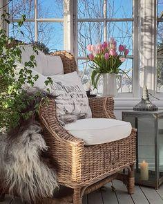 Mette (@bolettebo) • Instagram-fényképek és -videók Outdoor Patio Designs, Wicker, Chair, Decorations, Furniture, Instagram, Home Decor, Decoration Home, Room Decor