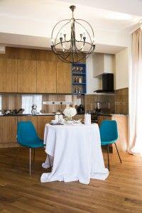 În imagini se poate observa interiorul unei locuințe în care s-a realizat un mix reușit între parchetul rustic, mobila de lemn și elementele, respectiv culorile moderne de decor.  Parchetul din lemn masiv de tip rustic montat, are în compoziție noduri și este uleiat transparent. Lamelele de parchet sunt de 9 cm lățime și au bizot pe toate cele patru laturi. Dining Decor, Kitchen Dining, Contemporary Style, Modern, Blue Chairs, Rustic, Interior, Table, Furniture