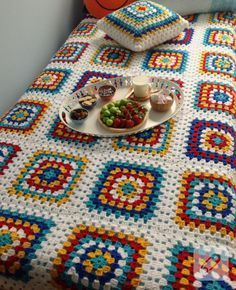 Get free pattern and tutorial on how to crochet a sunburst granny square blanket. Crochet Bedspread Pattern, Crochet Quilt, Granny Square Crochet Pattern, Crochet Squares, Crochet Blanket Patterns, Crochet Motif, Crochet Designs, Crochet Afghans, Mode Crochet
