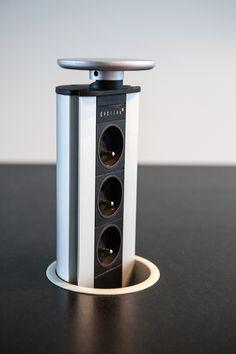 Stopcontacten op een handige manier verwerkt in natuursteen keukenblad.