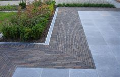 Paving stones - cash registers De Clercq - Früchte im Garten Hard Landscaping Ideas, Backyard Landscaping, Garden Paving, Garden Paths, Garden Beds, Back Gardens, Outdoor Gardens, Clay Pavers, Concrete Walkway