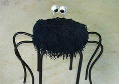 .  Banquinho Aranha, o meu queridinho. Materiais: banquinho, mangueira de jardim, arame, minha velha bolsa preta e fundo de latinhas de refr...