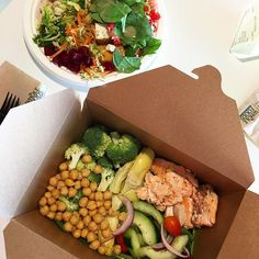 Spoiling my mom (and myself) brown boxing at Whole Foods with all my faves on board🙌🏼: salmon, chickpeas, artichokes, and lots pf veggies. HAPPY THURSDAY!❤️😘 laxsallad kikärtssallad varmrökt lax