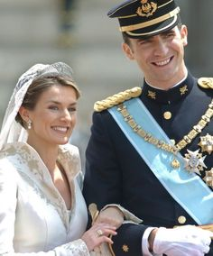 El heredero de la Corona española, el príncipe Felipe de Borbón, y la periodista Letizia Ortíz Rocasolano, a su llegada al Palacio Real tras el recorrido que realizaron por las calles de Madrid después de contraer matrimonio en la catedral de La Almudena de Madrid.