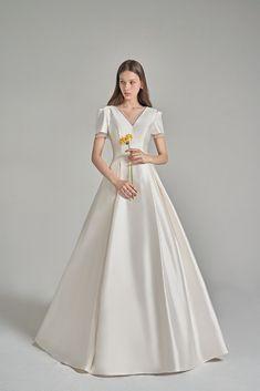 Minimal Wedding Dress, Classic Wedding Gowns, Minimalist Wedding Dresses, Wedding Dress Styles, Boho Wedding Dress, Casual Wedding, Burgundy Wedding Theme, Maroon Wedding, Fall Wedding