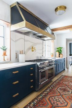 This week three beautiful blue kitchens caught my eye. Blue kitchens create contrast and add a rich vibe to your kitchen. Check it out!