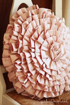 How to Make a Ruffled Spiral pillow. (http://www.thegirlinspired.com/2012/09/how-to-make-ruffled-spiral.html)