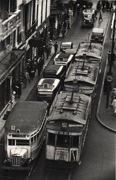 Horacio Coppola - Buenos Aires 1936 - Sarmiento y Diagonal Norte. Old Pictures, Old Photos, Tramway, Photos Originales, South America, Latin America, Dieselpunk, In This Moment, Black And White