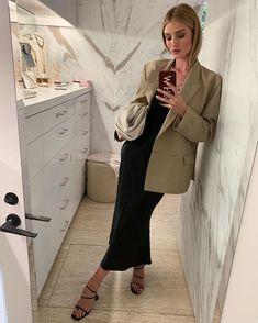How Rosie Huntington-Whiteley is inspiring us to buy a beige blazer this summer- HarpersBAZAARUK Source by marieherwig blazer Minimal Fashion, Work Fashion, Star Fashion, Fashion Models, Fashion Looks, London Fashion, Beige Blazer Outfit, Look Blazer, Blazer Outfits