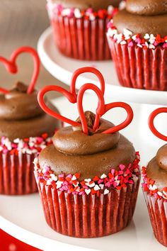 Red Velvet Cupcakes topped with a delicious chocolate cream cheese frosting & hearts! The perfect red velvet cupcake recipe for your sweetheart! Valentine Desserts, Valentine Day Cupcakes, Valentines Food, Fun Cupcakes, Cupcake Cakes, Heart Cupcakes, Fluffy Cupcakes, Rose Cupcake, Strawberry Cupcakes