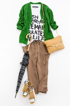 Green cardigan with beige pants Fashion Mode, Japan Fashion, Fashion Pants, Love Fashion, Fashion Looks, Fashion Outfits, Womens Fashion, Capsule Outfits, Fashion Corner